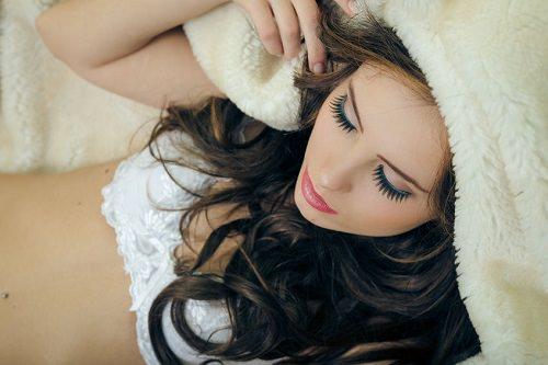 8 Delightful Benefits of Sleeping Naked
